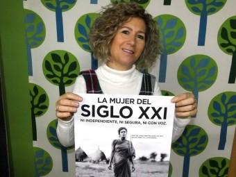 María Pía Caro, delegada de Manos Unidas, muestra el cartel con el lema de la campaña