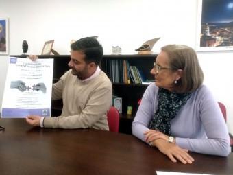 Alcalde y concejala de Bienestar Social con el cartel de las jornadas