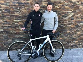 El ciclista lojeño junto a uno de los directores de su nuevo equipo