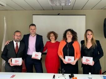 Familiares de las cuatro mujeres homenajeadas junto a la presidenta de la onegé en Loja