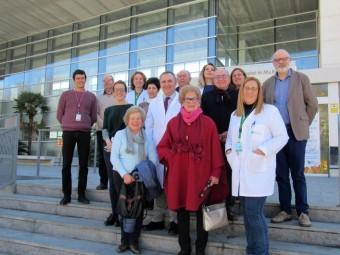 Profesionales y miembros de los colectivos ante las puertas del hospital lojeño.