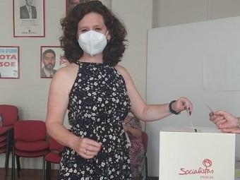 La secretaria general del PSOE lojeño, en el momento de la votación. FOTO: PSOE