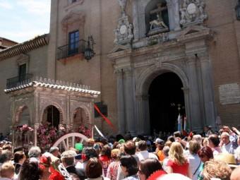 Salida de la hermandad del Rocío de Granada desde la iglesia de San Pedro y San Pablo.