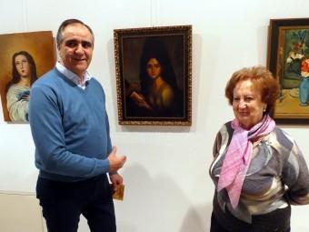 Trinidad Ruiz comenta con el concejal de Cultura algunas de sus obras. FOTO: P. CASTILLO
