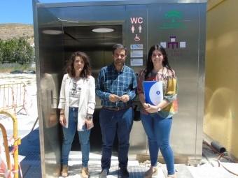 Gallego, Camacho y Rodríguez, ante el baño público en Tierno Galván. FOTO: C. MOLINA