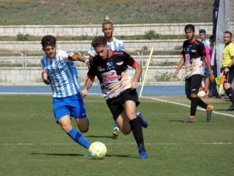 Paco Ariza se marcha con el balón en el partido ante el Malagueño. FOTO: MIGUEL JÁIMEZ.