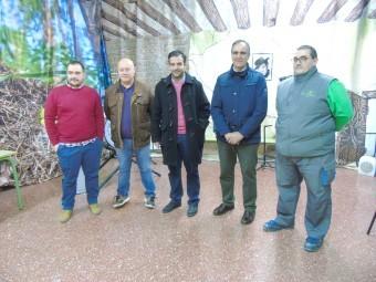 Alcalde, concejales y miembros de la asociación en la sede que será reformada.