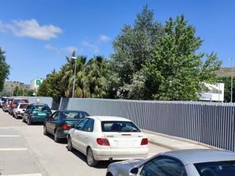Cola de vehículos a las puertas del autocovid para vacunarse. FOTO: C. M.