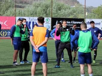 El entrenador del Loja, Vicente Ortiz, en una sesión con sus jugadores. FOTO: PACO CASTILLO.