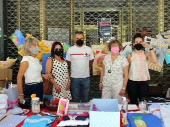 Voluntarias, en el mercadillo solidario a beneficio de Cruz Roja. FOTO: PAULA