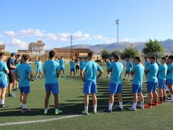 El cuerpo técnico se dirige a los jugadores en el primer entrenamiento ayer en Salar. P.C.