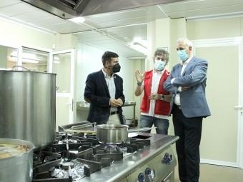 Montalvo junto al alcalde y Soler en la cocina de El Pinar. FOTOS: A. MATAS