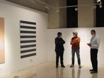 El alcalde y el concejal, junto al diseñador Ramón Soler, en la muestra. FOTO: PAULA