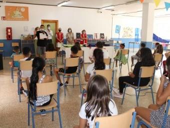 Autoridades, voluntarios de Cruz Roja y los menores en el acto de clausura de la Escuela de Verano