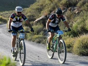 Miguel Bautista y Antonio Martín 'Murci' sobre sus bicicletas.