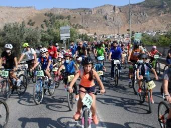 Un momento de la actividad con los ciclistas por el Puente Aliatar. FOTO: PACO CASTILLO.