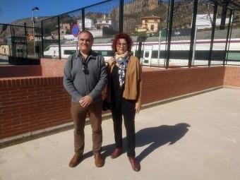 Los socialistas Carlos Delgado y Mercedes Gonzaléz, en la estación de Loja. FOTO: C. M.