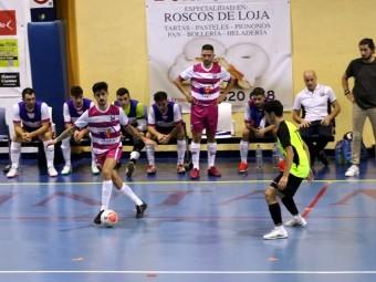 Jorge controla el balón en una acción del partido frente al Alhaurín. FOTO: PACO CASTILLO.