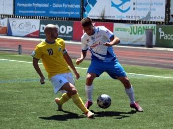 Álex Romero controla el balón ante Víctor Rueda en el partido de ida. FOTO: MIGUEL JÁIMEZ.