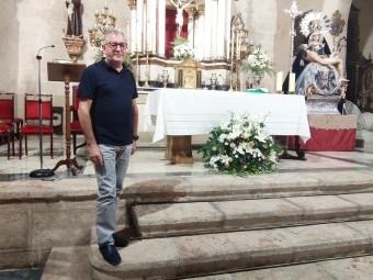 El párroco Manuel Molina en el altar de la iglesia de Santa Catalina. FOTO: C. MOLINA
