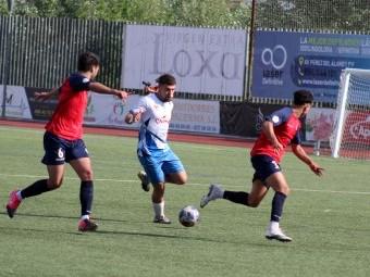 Una acción del partido disputado ante el Estepona el pasado año. FOTO: MIGUEL JÁIMEZ.