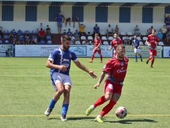 Migue Cobo controla el balón ante un jugador del Alhaurino. FOTO: MIGUEL JÁIMEZ.
